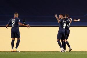 Mbappé (i) y Neymar celebran un gol del PSG.