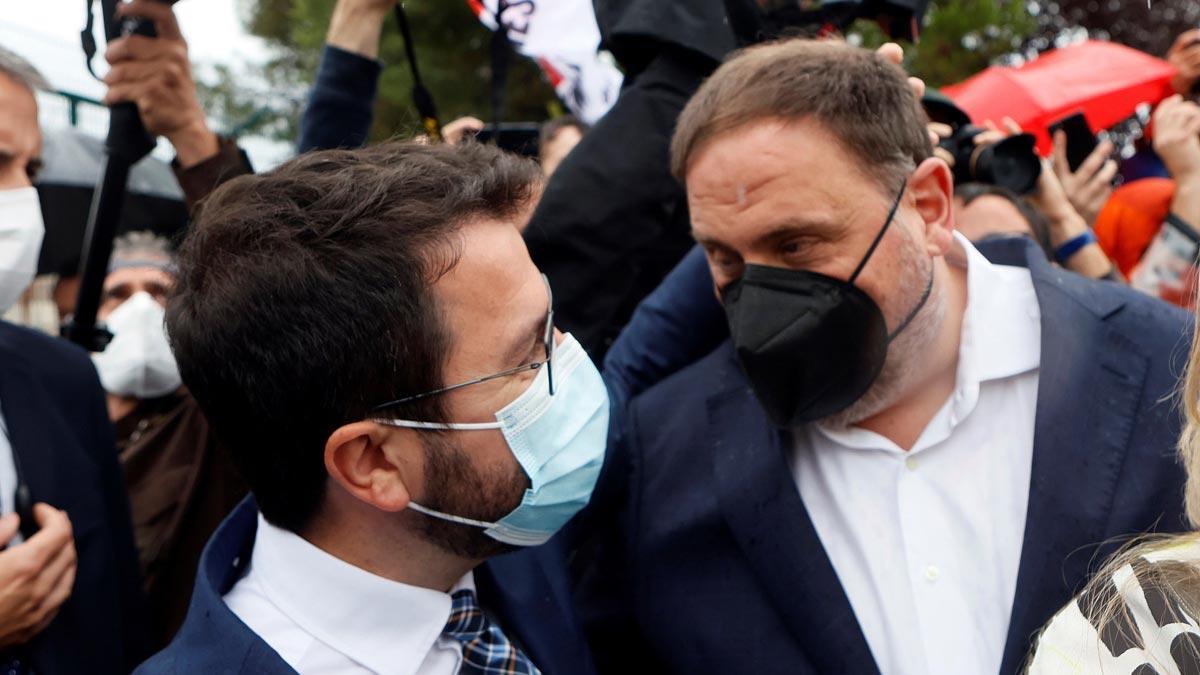 Pere Aragonès y Oriol Junqueras, a las puertas de Lledoners tras abandonar este último la cárcel.