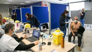 Vacunación contra el coronavirus en la Facultad de Geografía e Historia de la UB, en Barcelona.
