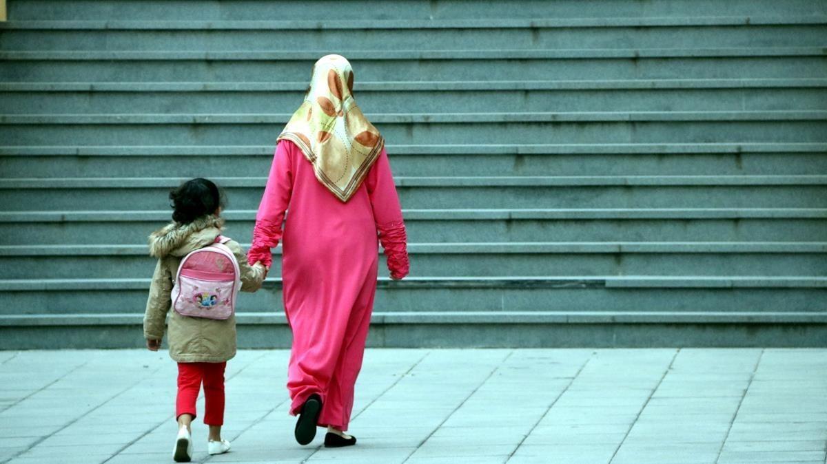 Madre e hijo se dirigen a la escuela, en Ripoll.