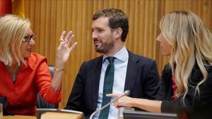 La fundadora de UPD, Rosa Díez; el presidente del PP, Pablo Casado, y la portavoz del grupo parlamentario conservador, Cayetana Álvarez de Toledo, en el acto del Congreso 'Españoles en defensa de lo común'.