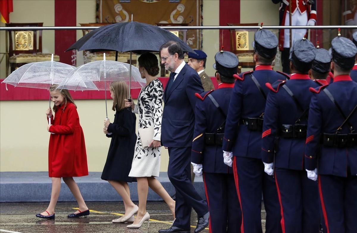 El presidente del Gobierno en funciones, Mariano Rajoy, en el desfile militar del 12-O junto a la reina Letizia y sus hijas