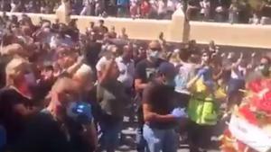 Una captura del vídeo del entierro mutitudinario.