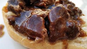 Foto hecha en la cocina de casa: carrilleras de cerdo ibérico con salsa de fricandó.