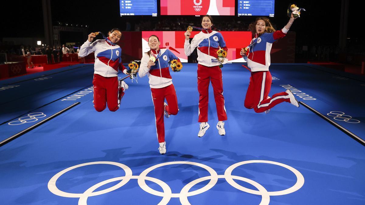 El equipo del Comité Olímpico Ruso celebra la victoria en la prueba de florete por equipos de esgrima.