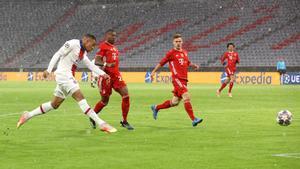 Mbappé dispara a puerta en el primer gol del PSG.