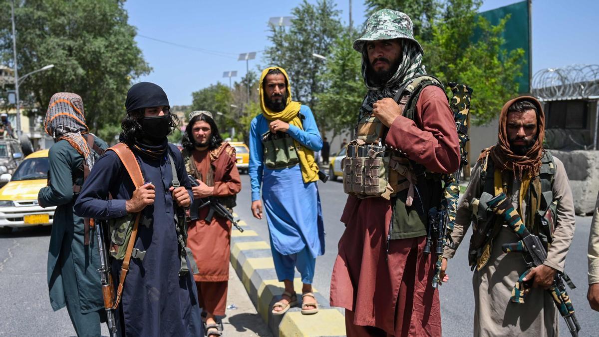 Combatientes talibanes montan guardia a lo largo de una calle cerca de la plaza Zanbaq, en Kabul.