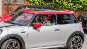 Sergi Roberto llegó a casa de Messi acompañado de su mujer.