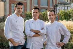 Mateu Casañas, Oriol Castro y Eduard Xatruch, de Disfrutar, restaurante que ha sido elegido número uno de los 100 mejores restaurantes de la Guía Macarfi 2021.