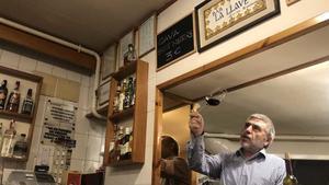 Álvaro Igualador testea un ribera de duero en su restaurante, cerrado por las restricciones del covid-19.