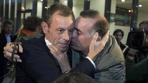 Sandro Rosell, recibido por Víctor Lavagnini en la estación de Sants tras salir de prisión.