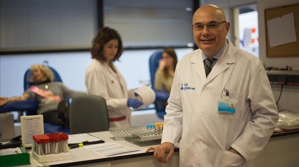 Josep Tabernero, jefe deOncologia en Vall d Hebron, en el banco de sangre de este hospital.