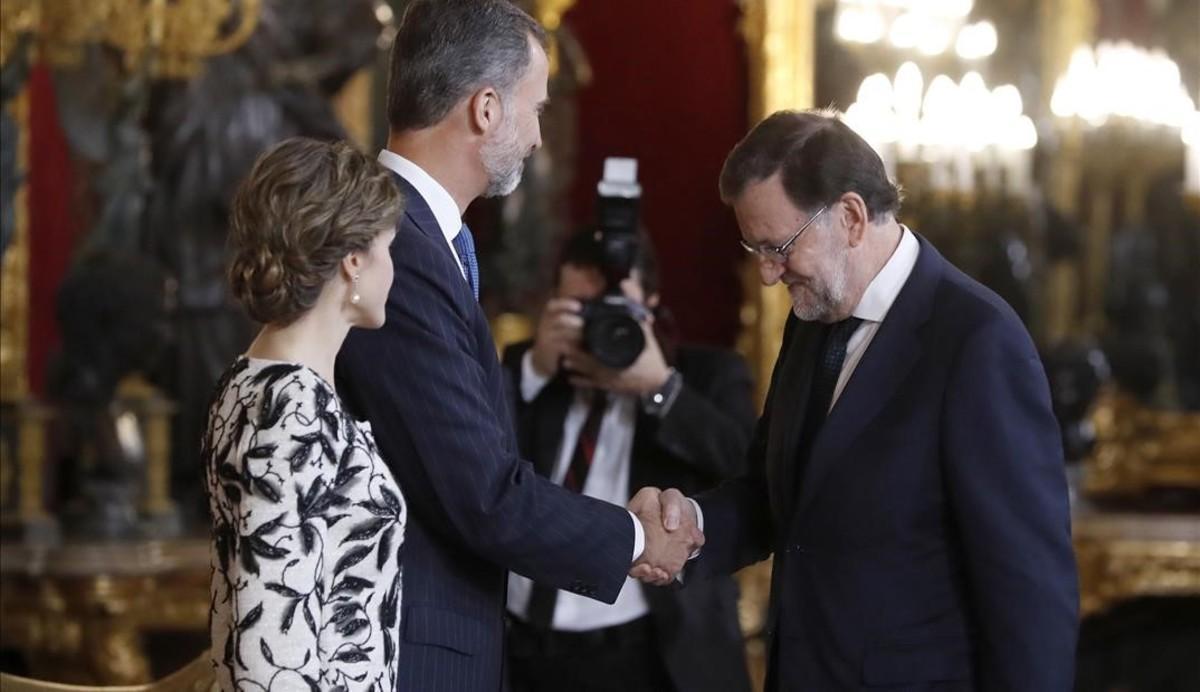 Los Reyes saludan al presidente en funciones, Mariano Rajoy.