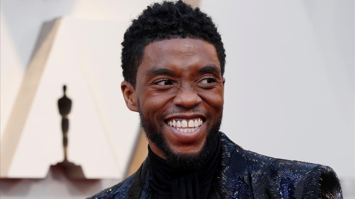 La viuda de Chadwick Boseman recull el primer premi que rep l'actor després de la seva mort