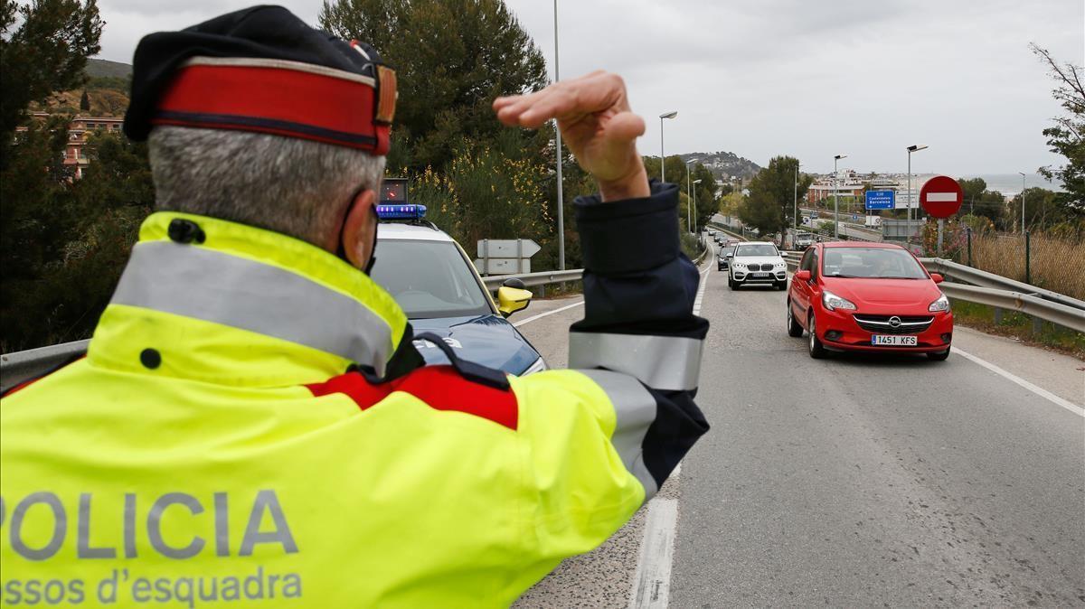 Control de los Mossos d'Esquadra en Castelldefels a principios de abril por el cierre comarcal después de Semana Santa.