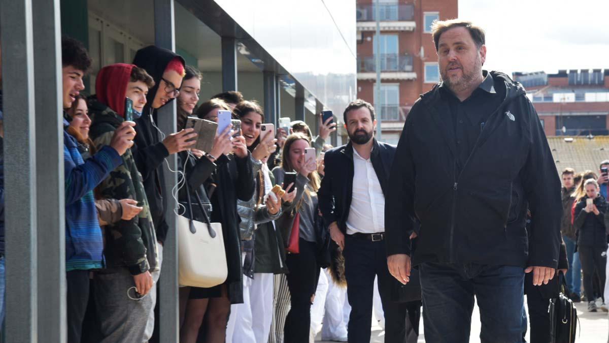 Oriol Junqueras llega a la Universitat de Manresa tras salir de la cárcel de Lledoners.
