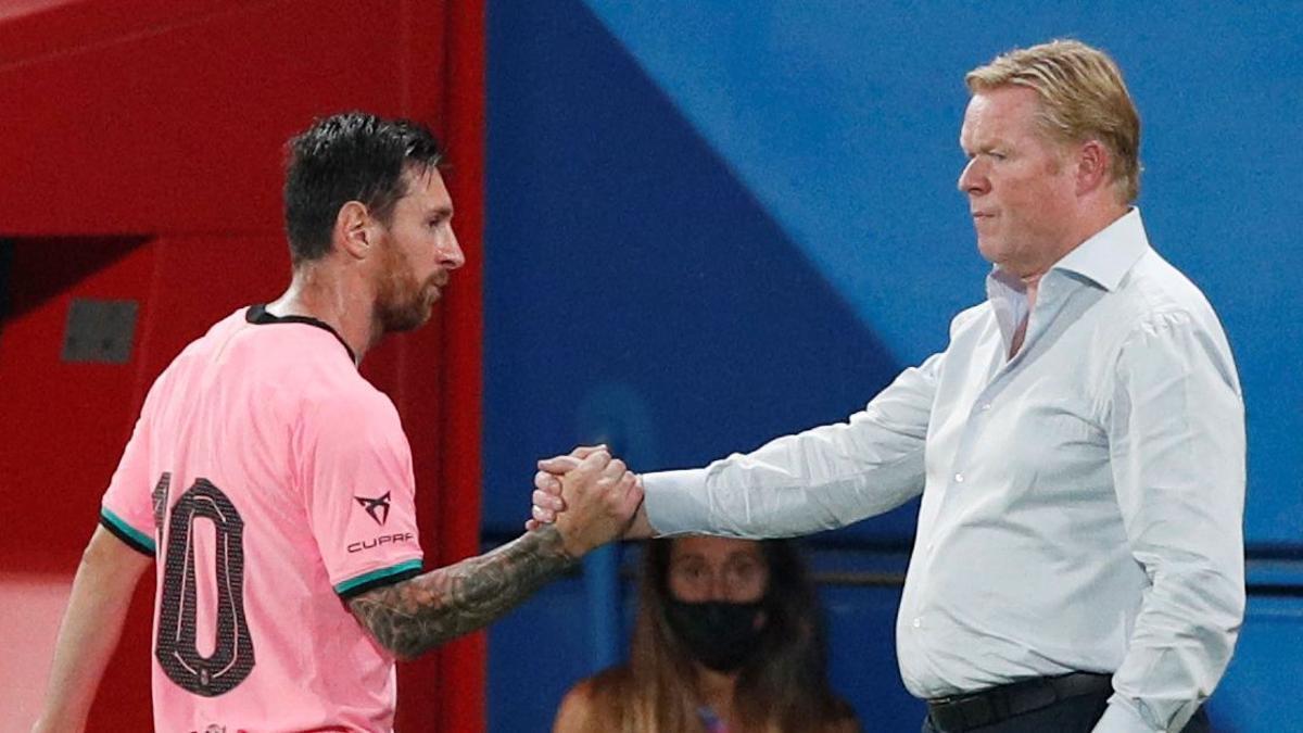 Lionel Messi estrecha la mano con Ronal Koeman