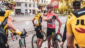 Primoz Roglic, felicitado en Madrid por los compañeros del Jumbo, tras ganar la Vuelta 2020.