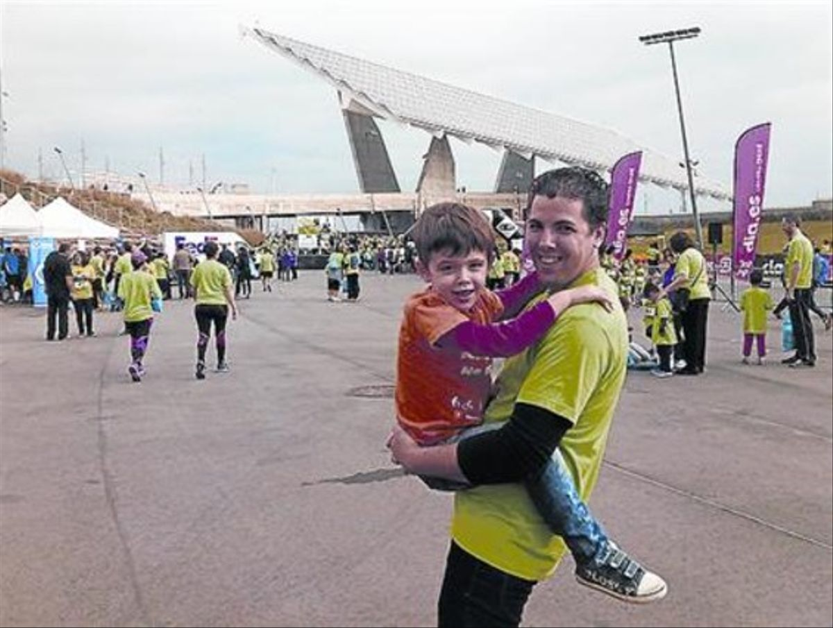 Aitor y sus padre, durante la caminata solidaria para recaudar fondos.
