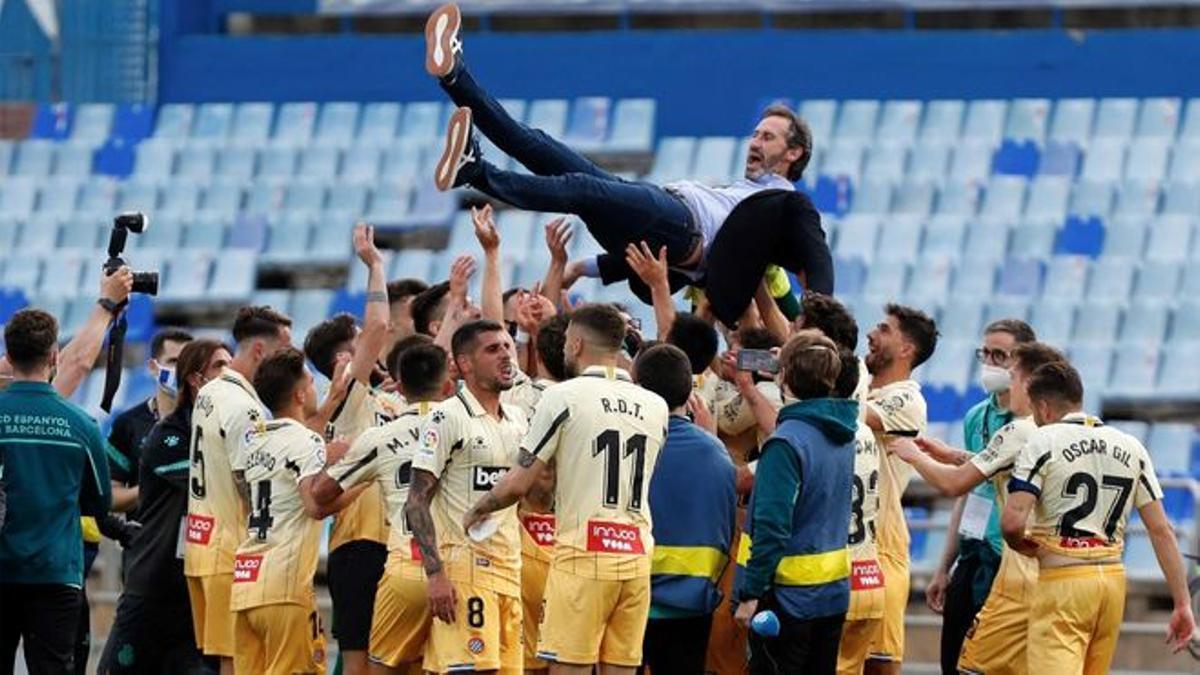 Los jugadores del Espanyol mantean a Vicente Moreno tras lograr el ascenso.