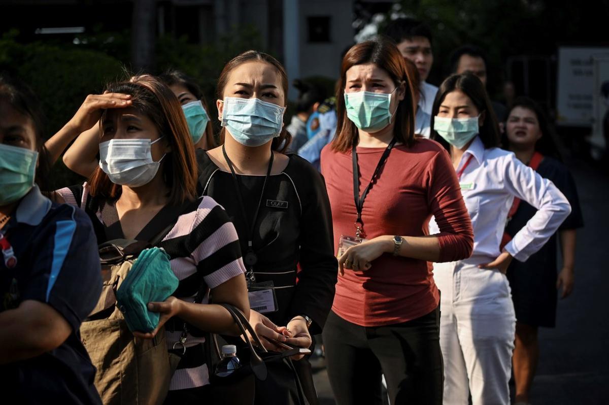 Una cola de ciudadanos espera para comprar máscaras ante la epidemia de coronavirus en Bangkok. Imagen de archivo.