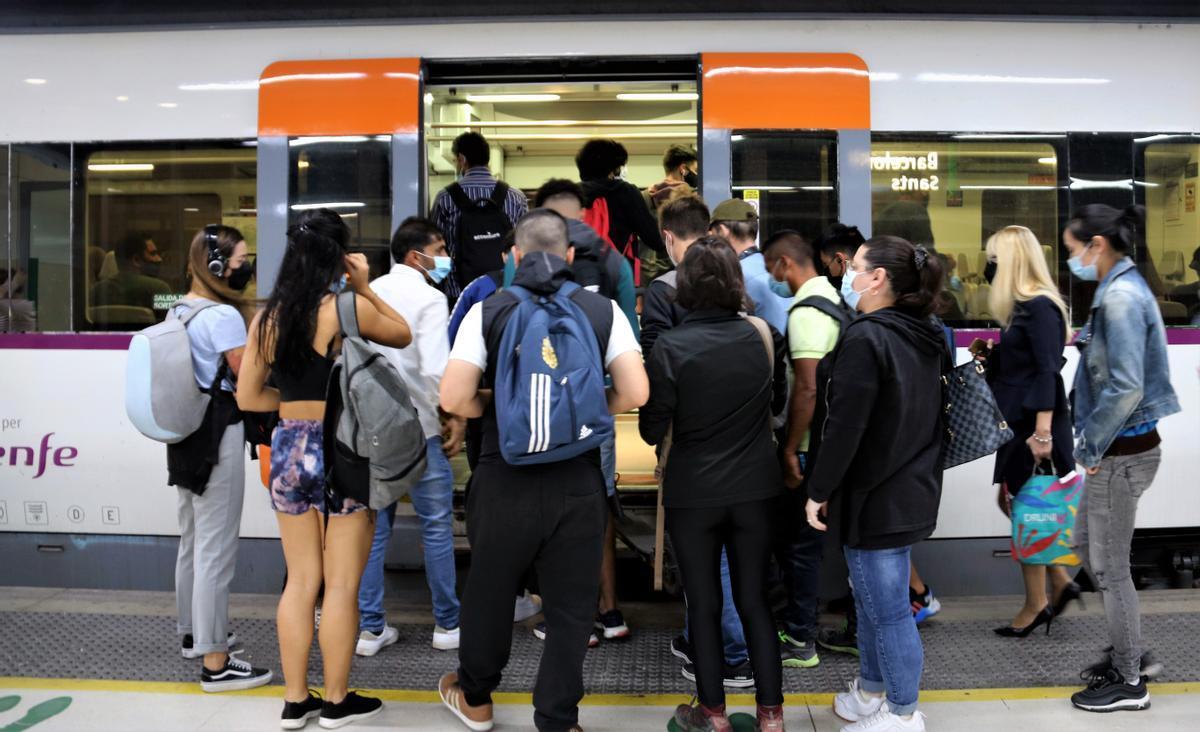 Usuarios de Rodalies se acumulan en la puerta de un vagón durante la segunda jornada de huelga de maquinistas.