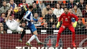 Gameiro, defendido por David López, remata en posición acrobática ante la mirada atenta de Diego López, este domingo en Mestalla.