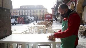 Un camarero prepara una terraza en Leon  Castilla y Leon  a 4 de diciembre de 2020  Desde hoy la Junta de Castilla y Leon permite la apertura de terrazas de los establecimientos hosteleros en todas las provincias de la Comunidad menos en Burgos capital  donde la incidencia sigue siendo  alta   ademas levanta las restricciones excepcionales en Leon y Salamanca  donde puede abrir la restauracion  los centros comerciales y los gimnasios   04 DICIEMBRE 2020 RESTAURACION BARES RESTAURANTES TERRAZAS REAPERTURA  Secundino Perez   Europa Press  04 12 2020