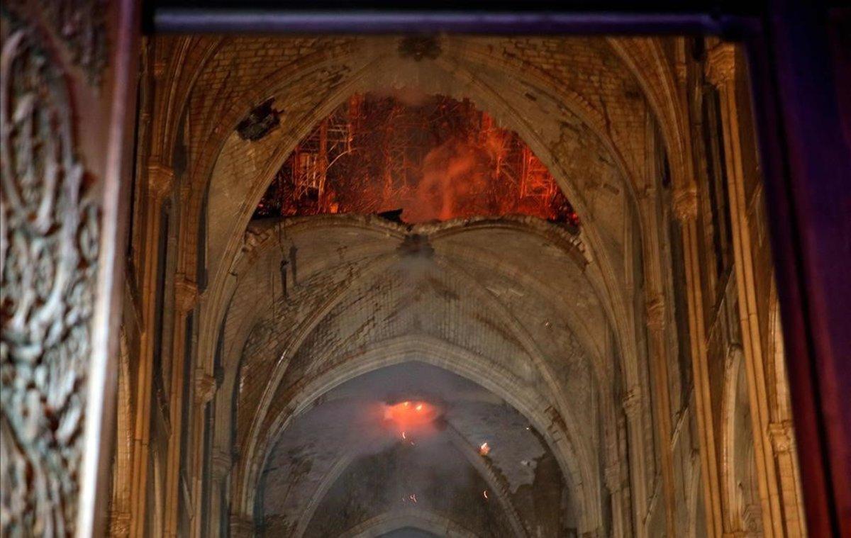 El interior de la catedral de Notre Dame tras el incendio.