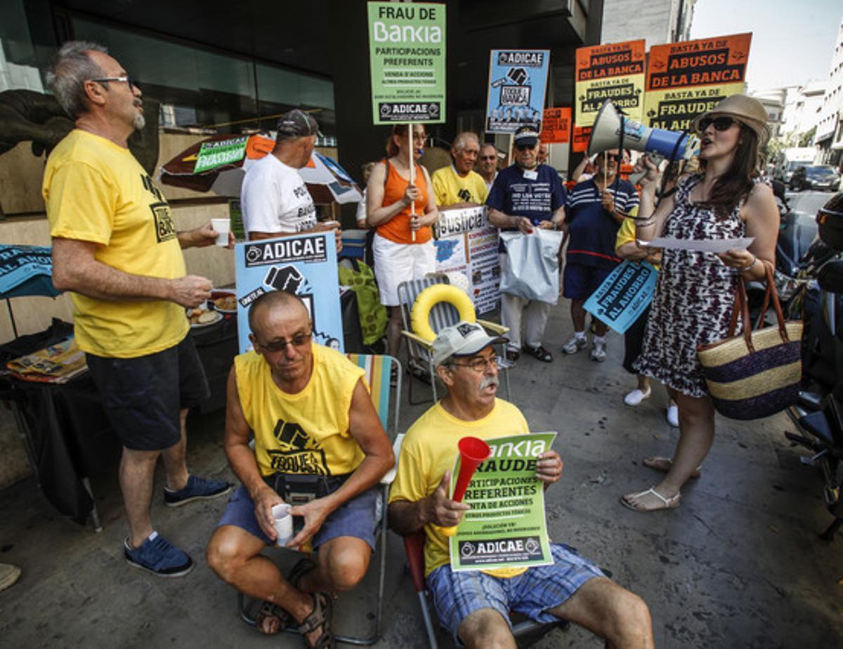 Protesta de la Asociación de usuarios de Bancos, Cajas y Seguros ante una oficina de Bankia de Valencia, el 4 de julio.