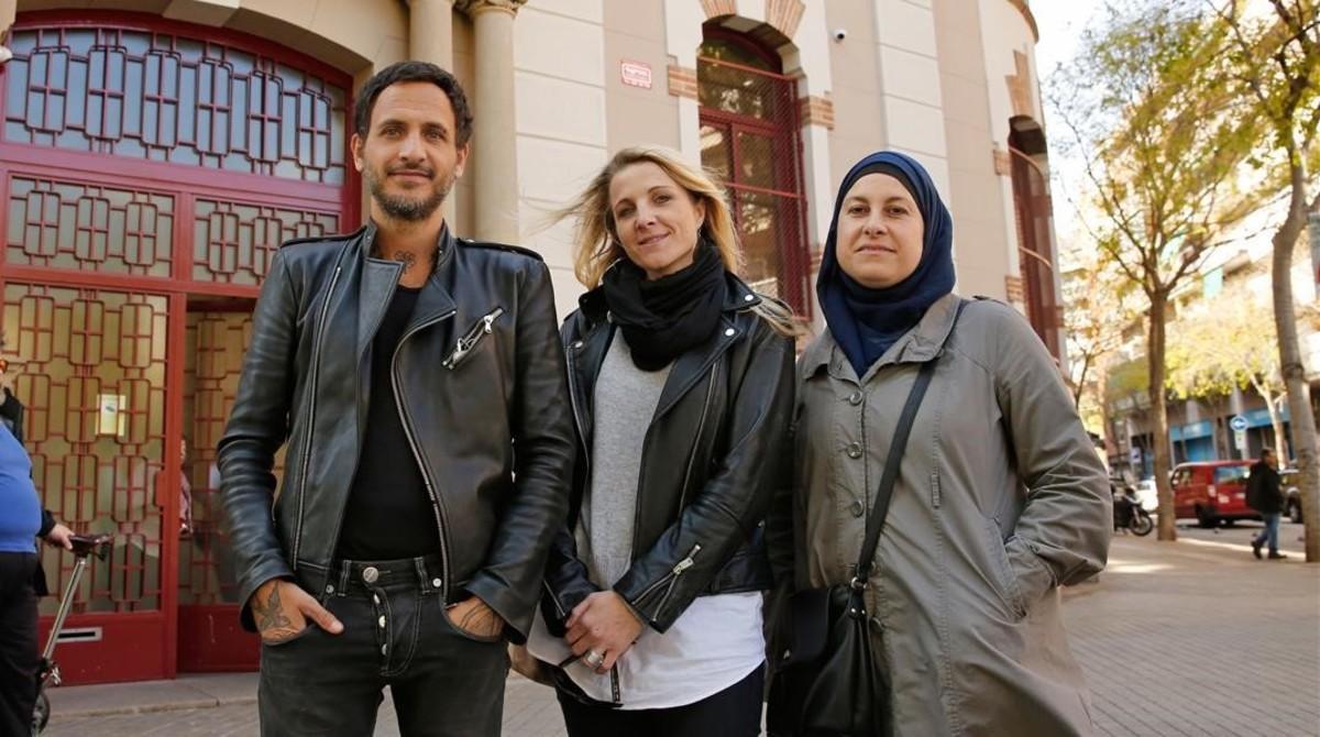 Jean De Luca, Vanessa Ortega y Claire Espinosa delante de l'École maternelle Ferdinand de Lesseps en Barcelona.