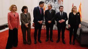 De izquierda a derecha, la ministra Meritxell Batet;la vicepresidenta Carmen Calvo;el jefe del Gobierno, Pedro Sánchez; el 'president', Quim Torra; el vicepresidentePere Aragonès, y la 'consellera' Elsa Artadi, el pasado 20 de diciembre, en Barcelona.