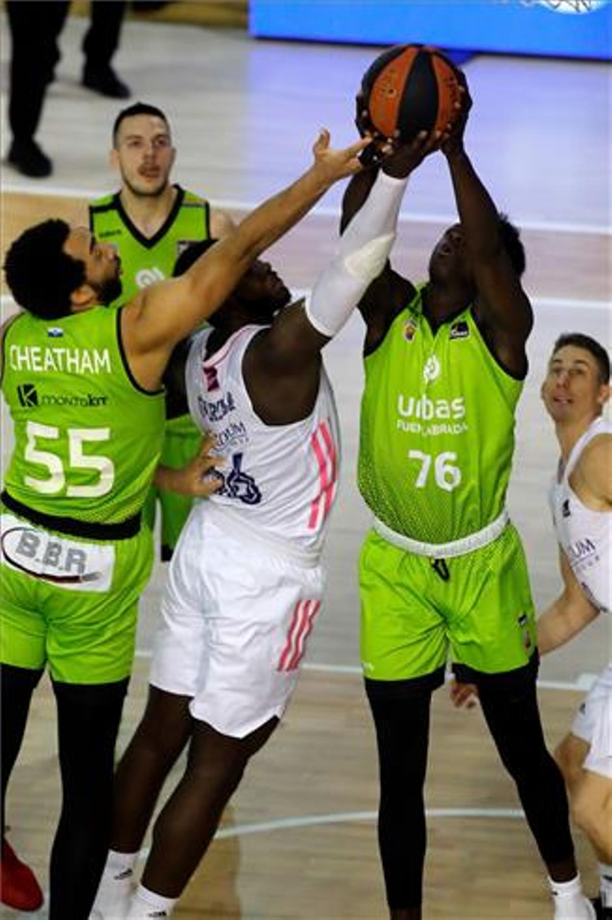 El joven Bagayoko disputa el rebote con Garuba, otra de las promesas del baloncesto madrileño.