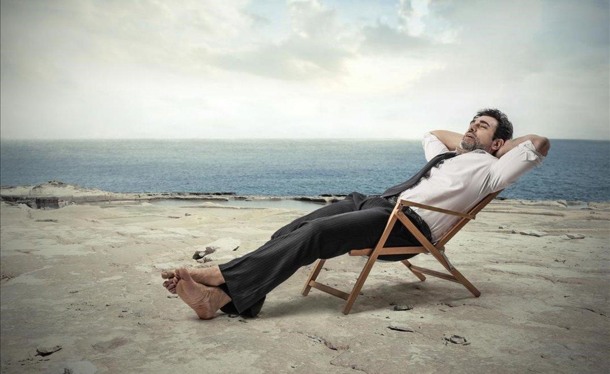 Un hombre relajado en una hamaca.