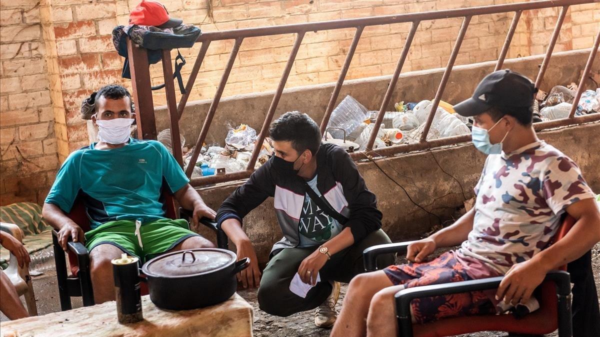 Mostafà, Alí y Issam son algunosde los jóvenes que viven en este espacio abandonado del Baix Segrià, esperando un trabajo en el campo que no han conseguido.