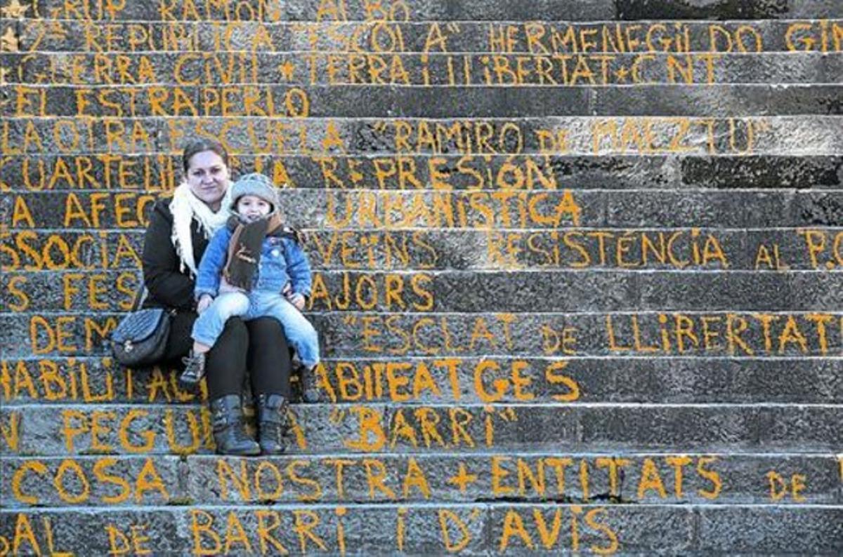 Con historia 8 Domitila y Houari, el menor de sus cuatro hijos, en las escaleras del centro cívico, el jueves.
