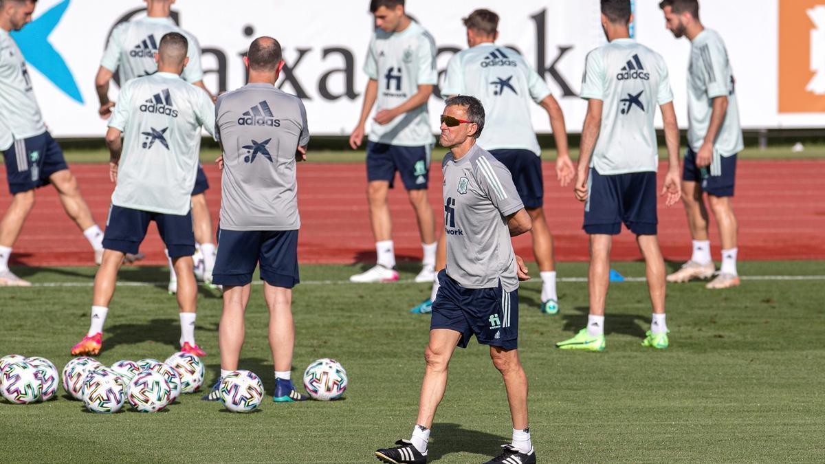Luis Enrique pasa por delante de un rondo en un entrenamiento.