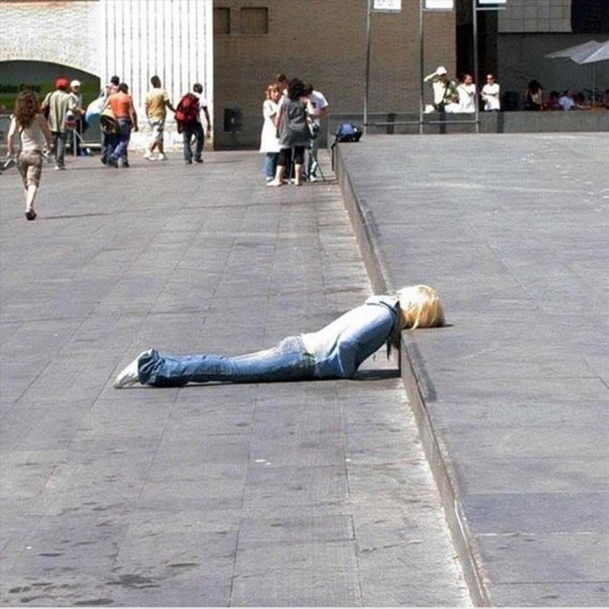 Echando la siesta sobre un escalón.