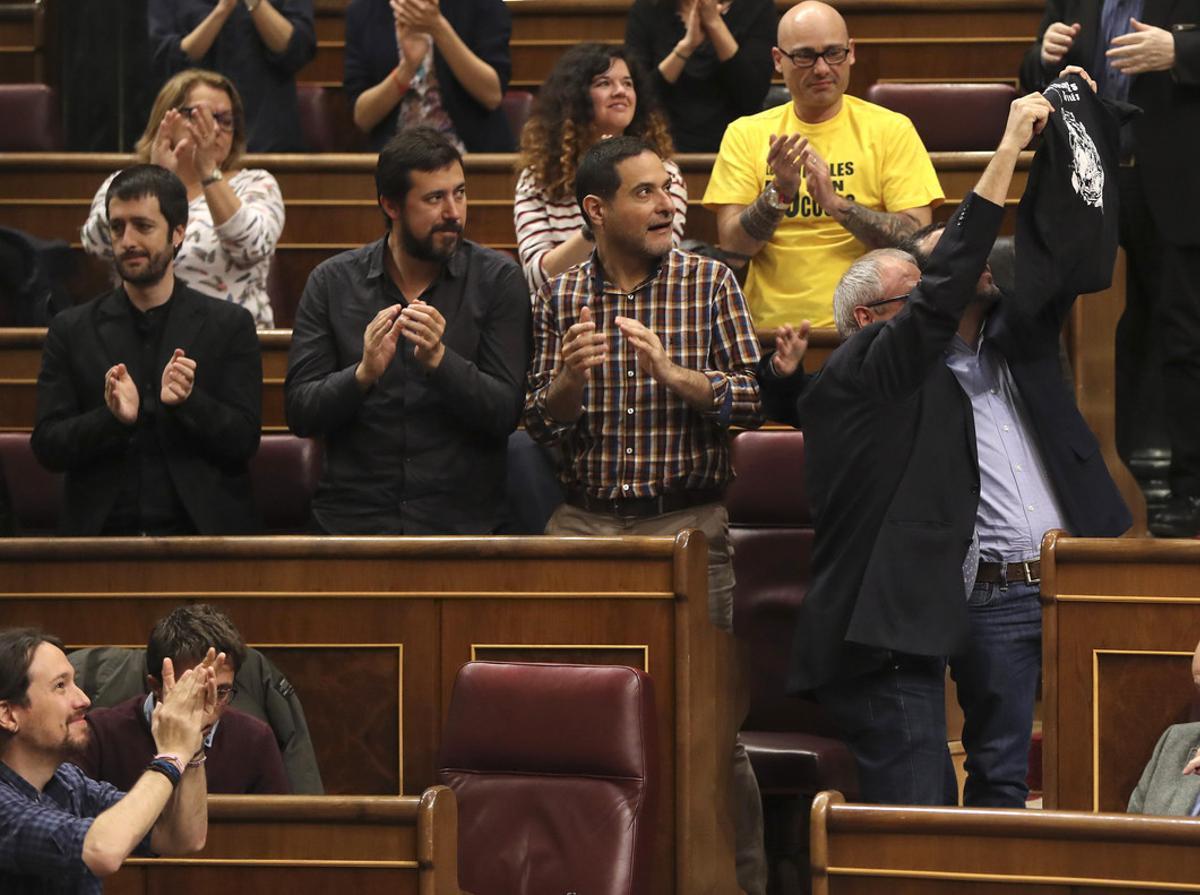 GEl grupo Unidos Podemos celebra la derogación del decreto de la estiba y saluda a los estibadores presentes en el Congreso.
