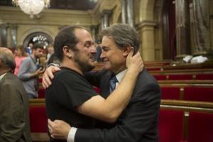 Artur Mas y David Fernàndez, abrazándose ayer en el Parlament.