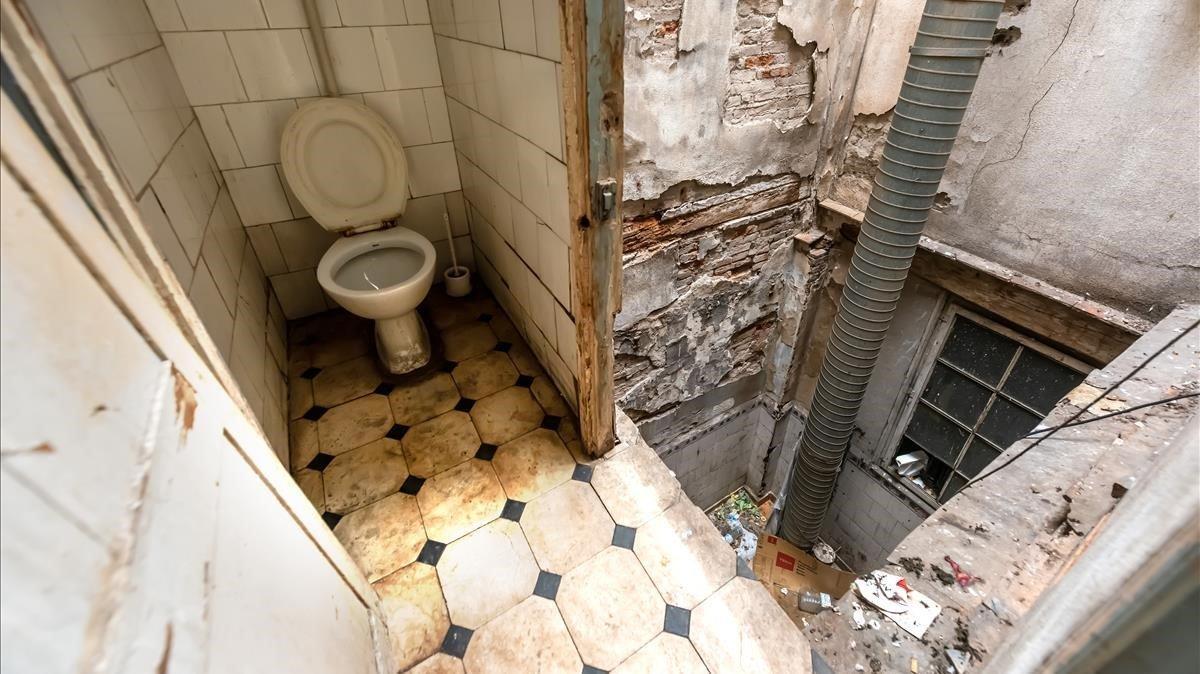 Retrete del piso en el que viven varios temporeros sin trabajo de Lleida.