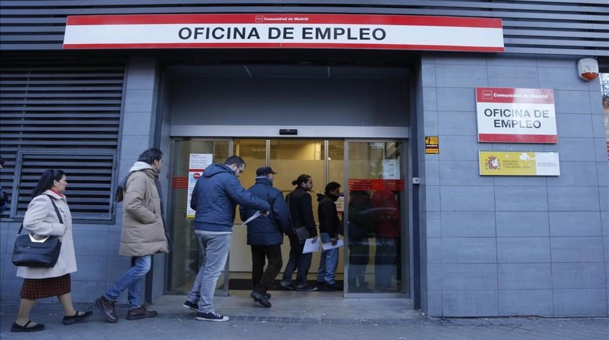 Colas en la oficina de empleo de Madrid.