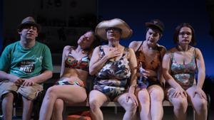 A la derecha, Andrea Álvarez, protagonista de 'Mare de sucre', junto a otros intérpretes de la obra.
