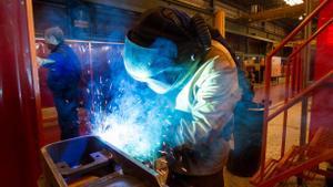 Un soldador en plena tarea en el taller.