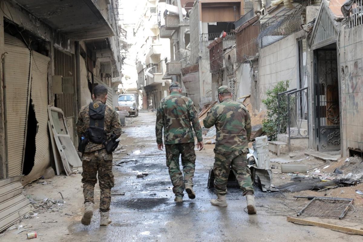 Soldados del Ejército de Asad, en la ciudad siria de Zamalka.