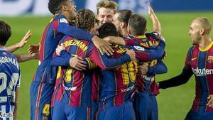 Barcelona  16 12 2020   Deportes  Los jugadores azulgrana se abrazan efusivamente tras el gol concedido por VAR a Dejong durante el partido de liga entre el FC Barcelona y la Real Sociedad    Fotografia de Jordi Cotrina