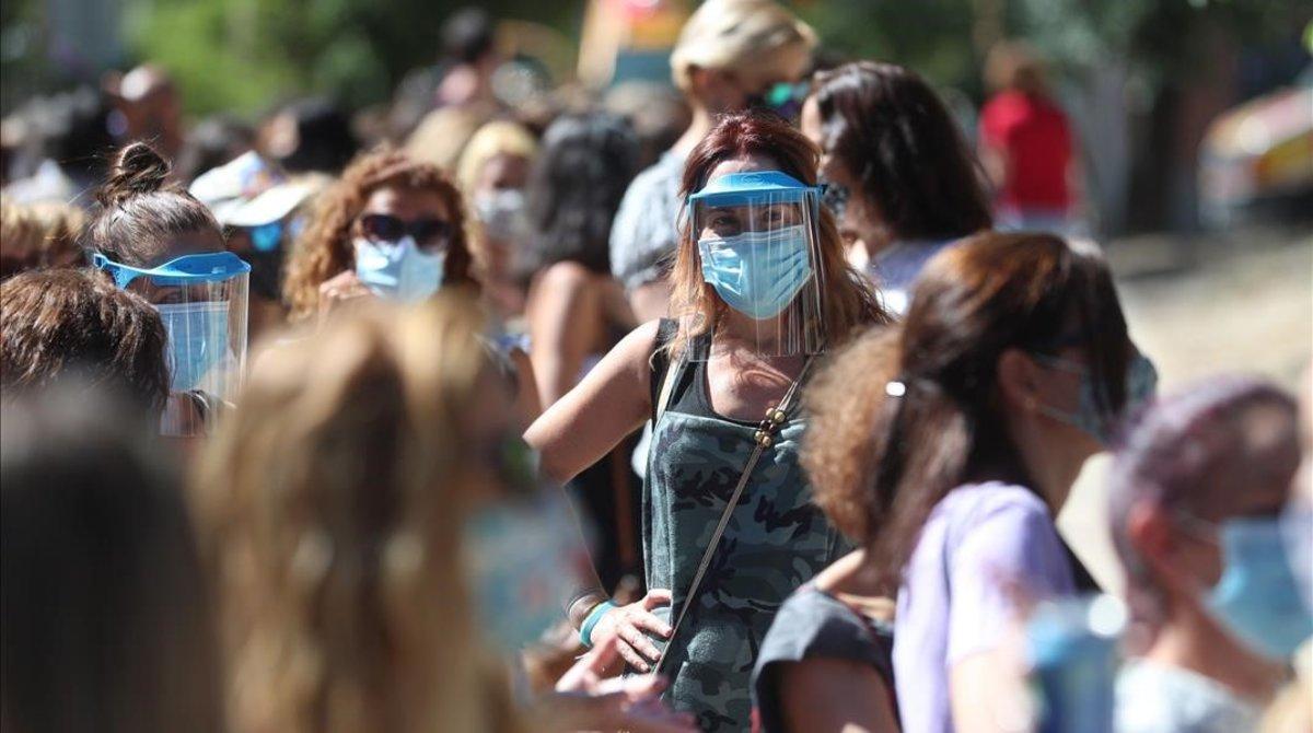 Profesores y personal educativo esperando para un cribado de covid-19 en Madrid.
