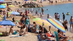 Bañistas en la Playa de la Fosca, en Palamós, este sábado.
