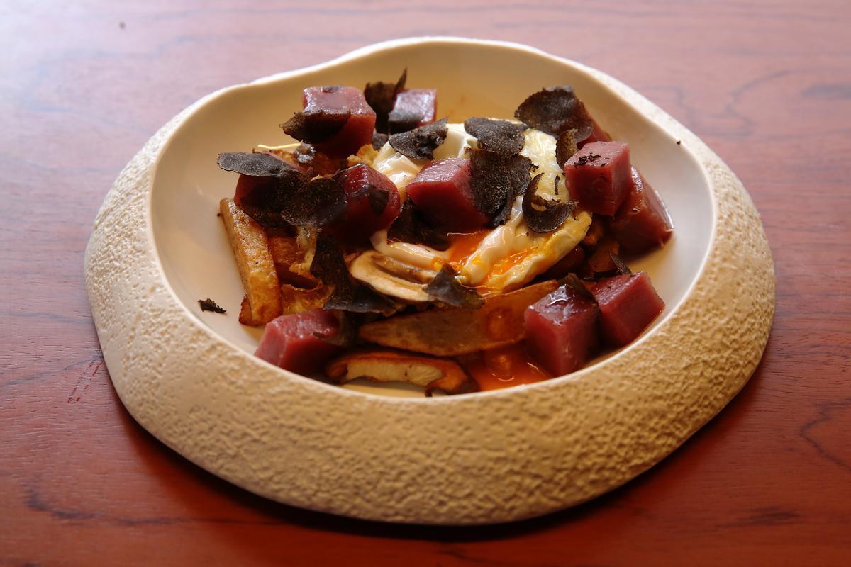 Un tàrtar de llom de tonyina molt gurmet: amb ou trencat, xiitake i trufa