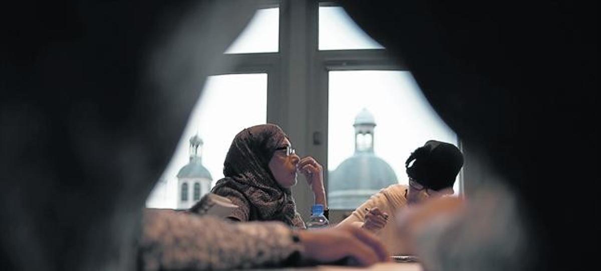 Dos alumnas siguen una clase sobre multiculturalidad en la Universidad Católica de París.